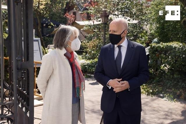 """La presidenta de la Agencia Efe, Gabriela Cañas (i) conversa con el presidente de KPMG, Hilario Albarracín (d) conversan antes del tercer foro organizado por EFE y la consultora KPMG del ciclo """"Fondos Europeos, las claves para la recuperación"""" que, bajo el lema """"El reto de la gestión"""", se celebra este jueves en el Palacio de Linares, en Madrid. EFE/Ballesteros"""