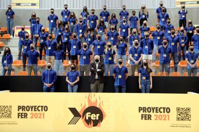 El empresario Juan Roig (c), presidente de la Fundación Trinidad Alfonso (FTA), posa con los deportistas durante la gala celebrada este viernes para presentar su proyecto de becas y apoyo a deportistas olímpicos y paralímpicos con el que se ayuda a 142 deportistas con un desembolso de 1,2 millones por parte de la fundación. EFE/Manuel Bruque