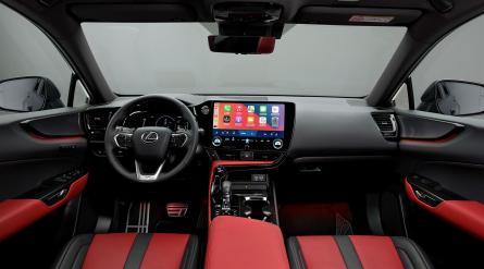 """Tras casi dos décadas en el desarrollo de vehículos híbridos, Lexus presentó oficialmente, en su sede de Bruselas, el que será su primer coche híbrido enchufable, el nuevo NX 450h+, diseñado según sus creadores """"para competir con los grandes del sector"""" y dar un paso más en la meta de electrificación de la firma japonesa. EFE/José Miguel Pascual Labrador"""