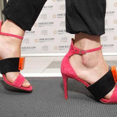Un sujeto instrumentalizado con sistema de análisis de movimiento realiza un ensayo para estudiar el movimiento, la pisada y las presiones del pie con un modelo de calzado de tacón sobre un tapiz sensorizado, en el marco del proyecto Taconshoe. EFE/ Morell