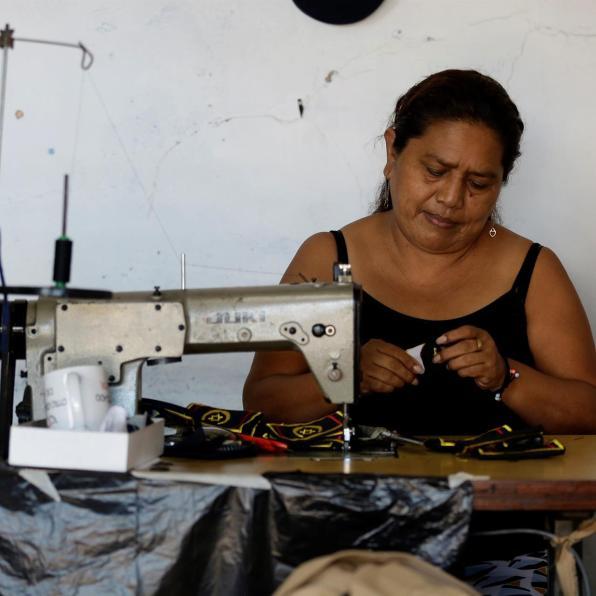Una mujer trabaja hoy, martes en un taller de confecciones en San Salvador (El Salvador). Centroamérica tiene el reto de promover la empresarialidad femenina, por lo que es necesario la creación de políticas públicas encaminadas a estimular la inserción laboral de las mujeres en la región, según un informe promovido por el Centro para la Promoción de la Micro y Pequeña Empresa (Cenpromype). EFE/Rodrigo Sura