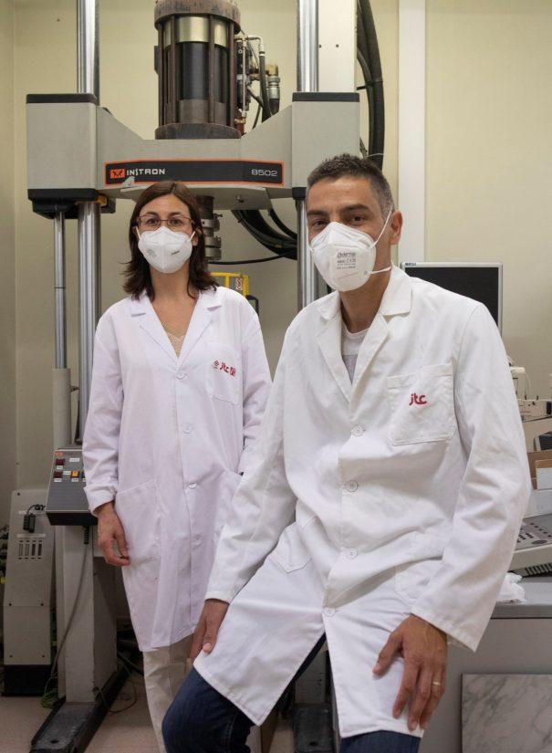 Investigadores y técnicos de Instituto de Tecnología Cerámica (ITC-AICE) desarrollan los Proyectos Hipocarbónic y Energétic relacionados con el aprovechamiento energético el consumo de energía y las emisiones al medio ambiente. En la imagen Ana Mezquita y Salvador Ferrer en los laboratorios del ITC. EFE/ Domenech Castelló