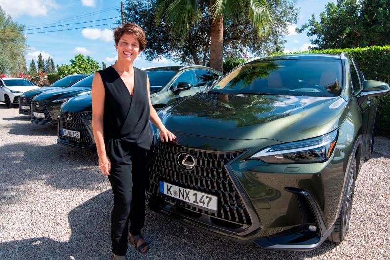 """La directora de Lexus España, Mar Pieltain, durante la presentación de la segunda generación del Lexus NX este martes en Palma. Lexus tiene la """"ecuación redonda"""" para satisfacer las necesidades de cualquier cliente, independientemente de la tecnología que necesite, ya sea híbrida, eléctrica pura o híbrida enchufable. EFE/CATI CLADERA"""
