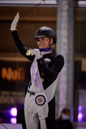 La amazona alemana Jessica Von Bredow-Werndl se proclama campeona de Europa de doma clásica, en el programa del Gran Premio Especial, ante los aficionados locales en la ciudad de Hagen (Alemania). EFE/Liz Gregg /Federación Ecuestre Internacional (FEI)