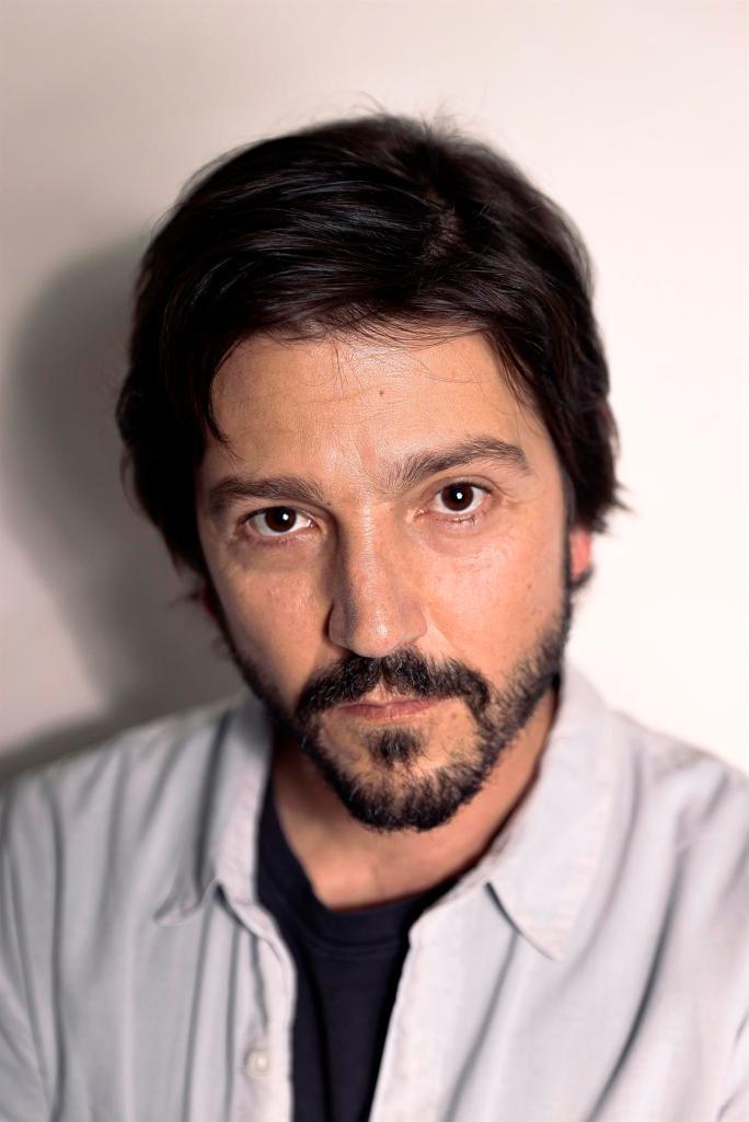 El actor y director mexicano Diego Luna posa para el fotógrafo durante una entrevista con la Agencia EFE, este jueves en Madrid. EFE/Emilio Naranjo