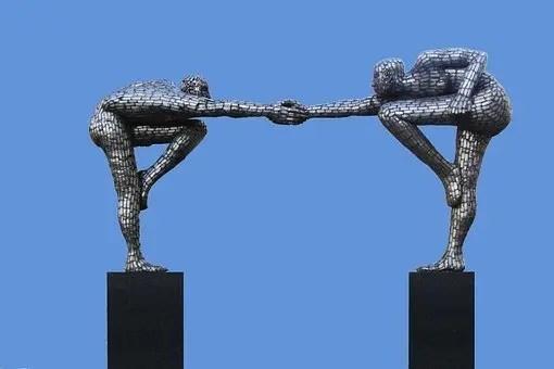 Escultura darse la mano