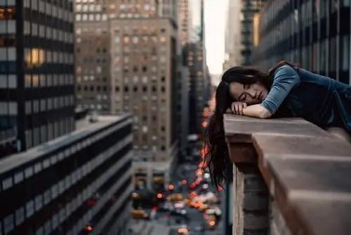 Mujer durmiendo en edificio