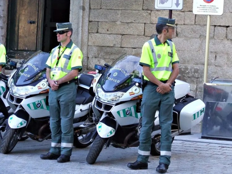 Pareja de guardias civiles motorizados