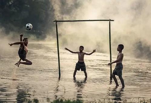 Niño consiguiendo objetivo: marcar gol. Criterio SMART