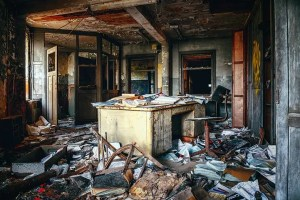 Habitación sucia y desordenada