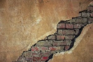 Una pared con ladrillos
