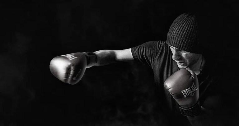 Boxeador lanzando un golpe
