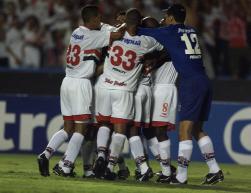 Jogadores abraçam Kaká depois do 1º gol