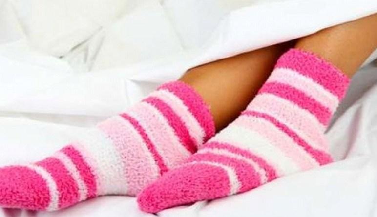 dormir en chaussettes, dormir dans des bas, dormir au chaud
