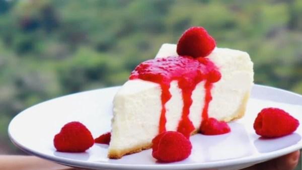 Cheesecake avec garniture aux framboises