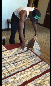 Floyd Mayweather shows off his huge wealth (Photos + Video)