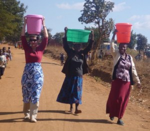 World's Richest Man's Wife, Melinda Gates Pictured In Malawi fetching water, washing dishes