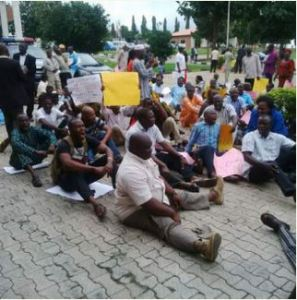 Osun Lecturers Protest Over Unpaid Salaries (Photo)