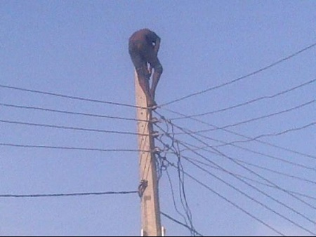 Man climbs electric pole in Lekki Ikate roundabout in apparent suicide