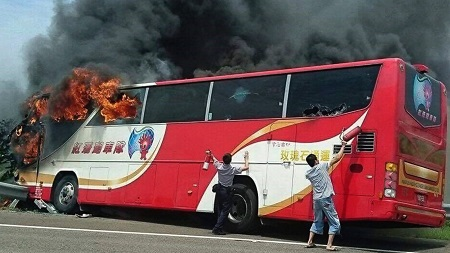 Motorists try to save people from the Taiwan burning bus