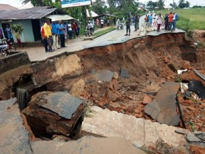 Governor shuts down major road in Akwa Ibom after it collapsed during heavy rainfall (Photos)