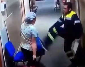 , Unbelievable: Paramedic caught on camera kicking a pregnant nurse in the stomach (Video), Effiezy - Top Nigerian News & Entertainment Website