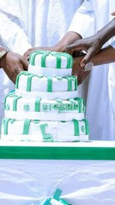 "Man Questions The ""Quality"" Of The 57th Independence Cake Cut By PMB & Soldiers"