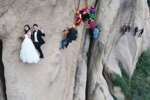 Newly-wedded couple takes picture on a dangerous cliff in China (Photos)