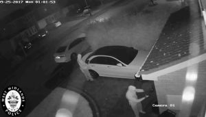 Thieves Steal Mercedes In Just 1 Mins Without Using The Keys (Video)