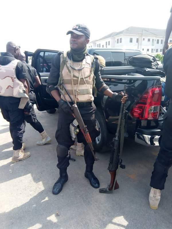 Policeman Deployed To Anambra For Governorship Election Shows Off His Guns (Photos)