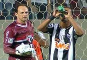 Check out the trick Ronaldinho used in scoring his opponent (Video)