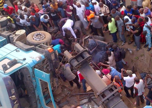 , Trailer crushes passengers at Nicon Bus Stop, Abuja (Photo), Effiezy - Top Nigerian News & Entertainment Website