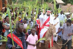 Africans react as a White man is hired to play the role of Jesus Christ on Palm Sunday in Uganda (Photos)