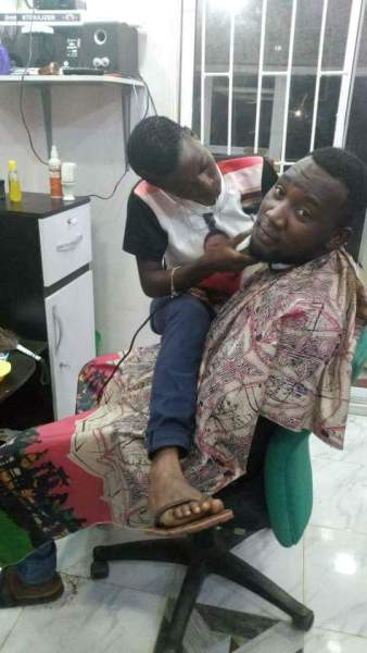 , LOL!! Check Out This Female Barber & A Male Customer (Photos), Effiezy - Top Nigerian News & Entertainment Website