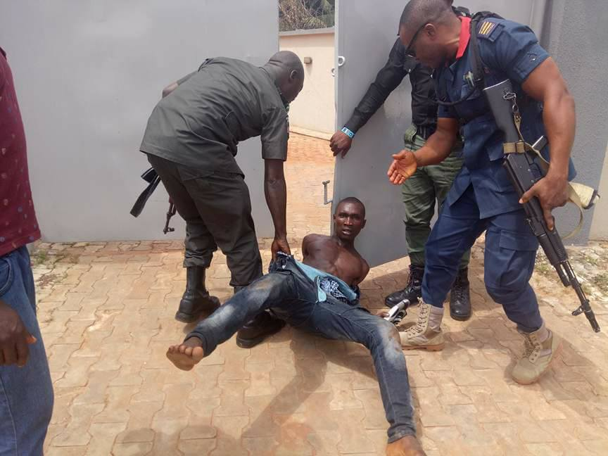 , Robber Arrested While Trying To Steal Car Near Diamond Bank In Awka, Anambra (Photos), Effiezy - Top Nigerian News & Entertainment Website