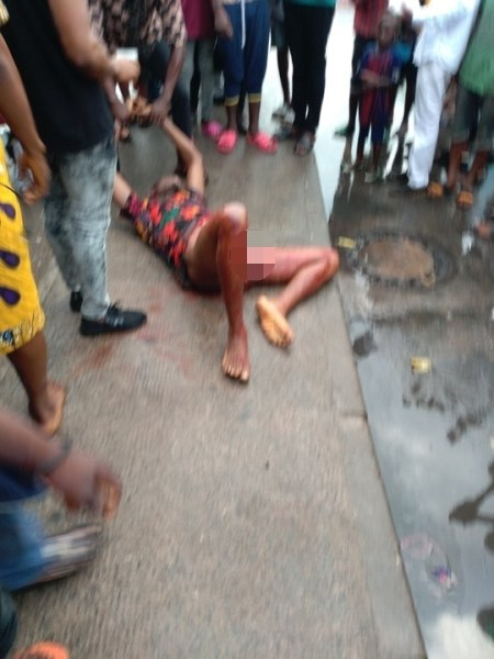 , Man Commits Suicide In Port Harcourt By Stabbing Himself (Graphic Photos), Effiezy - Top Nigerian News & Entertainment Website