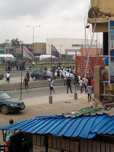 JUST IN: Trigger Happy Police Officer Shoots A Man In Odun Ade Market In Lagos (Photo)