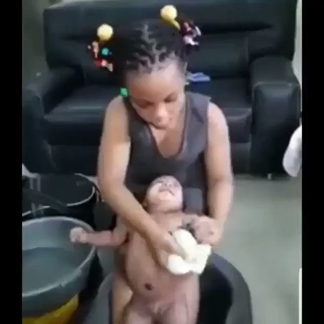 , VIDEO: Check out this small girl bathing a baby (Video), Effiezy - Top Nigerian News & Entertainment Website
