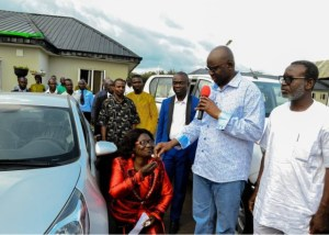 School principal kneels down to receive car gift from Fayose (Photo)
