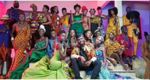 Ghanaian Singer, Fuse ODG Poses With Dark Skin Queens (photo)