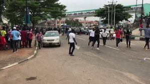 End SARS: Hoodlums brandish knives, machetes against Lagos protesters (video)
