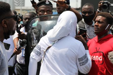 Police arrest more protesters at Lekki Toll Gate (Photos + Video), Police arrest more protesters at Lekki Toll Gate (Photos + Video), Effiezy - Top Nigerian News & Entertainment Website