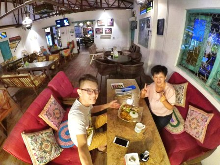 Raymond Ong and Effye Ang walk around with Mum Ng Siok Gek Roundabout Cafe N Bistro Batu Pahat Johor in Malaysia 和妈妈逛街 A33