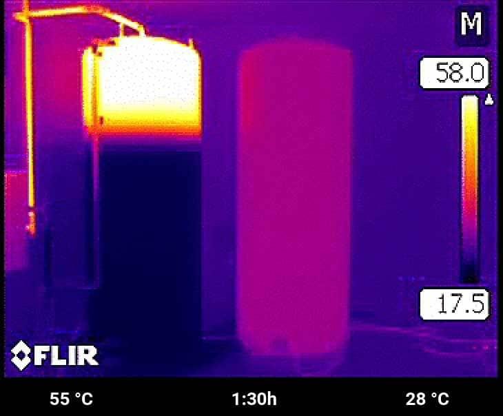 Im Schichtspeicher stehen nun bereits 250 Liter zum Duschen und Baden zur Verfügung. Der E-Heat schaltet nun auf eine kühlere Temperatur für die Raumheizung um.