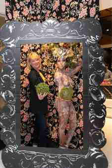 guest in photo booth posing with the living statuein the eggersmann kitchens chicago showroom during the rndd gallery walk 2019
