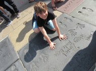 Devant le Grauman's Chinese Theatre à Hollywood. Empreintes laissées dans le béton par les acteurs principaux de la série de films Harry Potter.