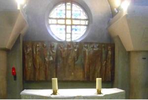Bas-relief de J. Touret représentant l'Ascension et contenant le tabernacle de la chapelle de la Sainte-Famille (© Jérôme Bohl).