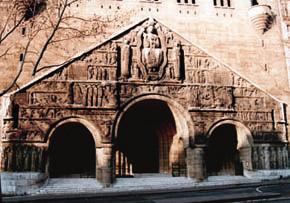 Tympan de l'église Saint-Pierre de Chaillot (©S P C).