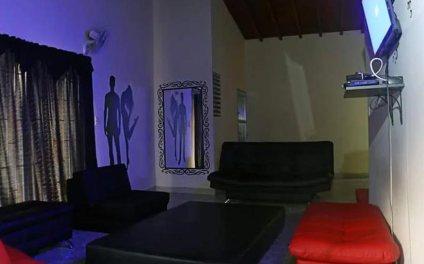 En la casa de Alejandro, el gurú del porno