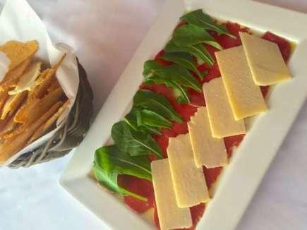 Carpaccio de carne com rúcula e lascas de queijo é um dos deliciosos pratos - Foto Ana Rios - Divulgação